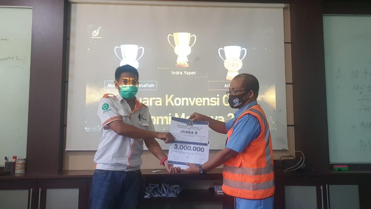 Bapak Area Controller 1, Bapak Budi Siregar - Memberikan Reward dan Anniversary ke Peraih Medali Perak CI Agronomi 2020 Region Mentaya - Bapak Muhammad Yusuf Hanafiah Asisten 1