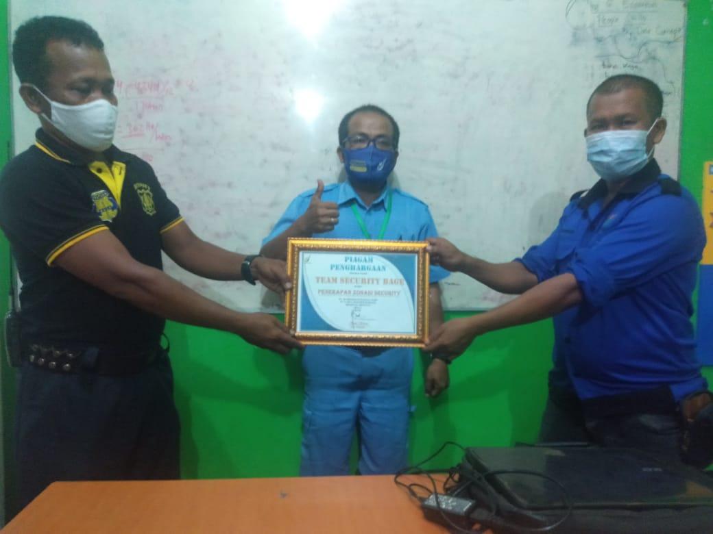 Penyerahan Piagam Penghargaan Dari Bapak AC-1 Ke Tim Security Estate BAGE